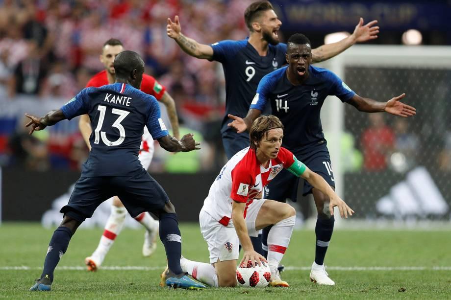 Blaise Matuidi e Olivier Giroud da França reagem a jogada de Luka Modric da Croácia na Final da Copa do Mundo 2018 - 15/07/2018