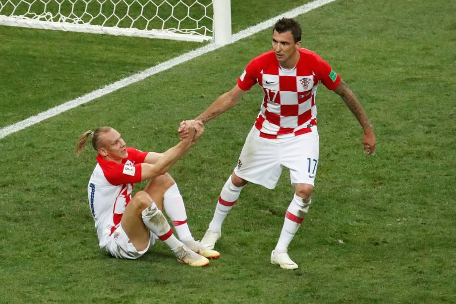 Mario Mandzukic ajuda Domagoj Vida a levantar durante partida da Final da Copa do Mundo contra a França - 15/07/2018