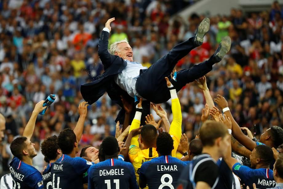Didier Deschamps técnico da seleção francesa é levantado em comemoração da Vitória na Final da Copa do Mundo 2018 no Estádio Lujniki - 15/07/2018