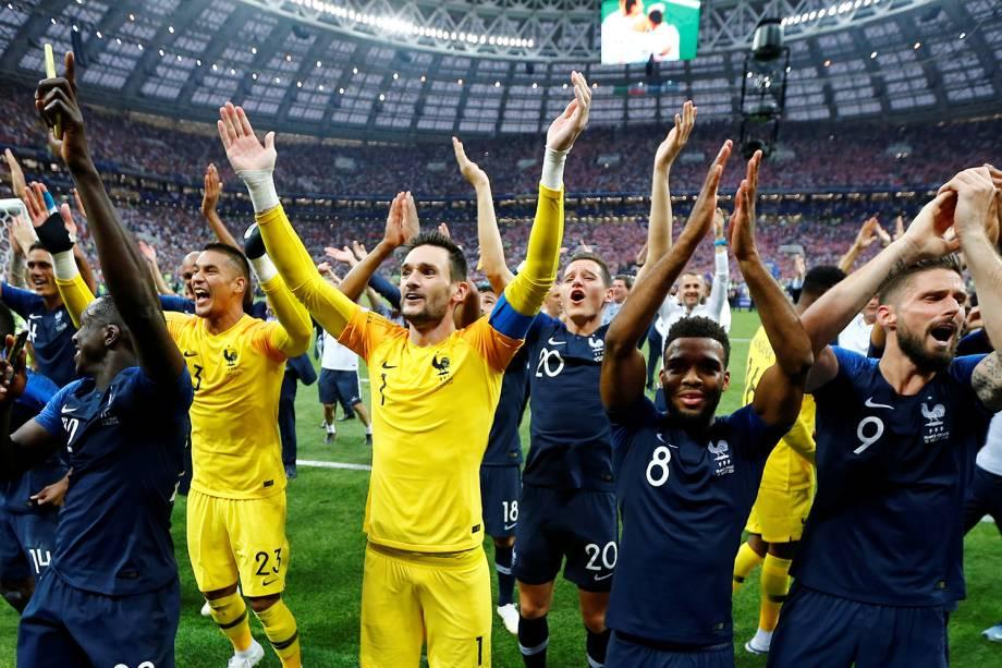 Jogadores da França comemoram com a torcida vitória na Final da Copa do Mundo 2018 no Estádio Lujniki - 15/07/2018