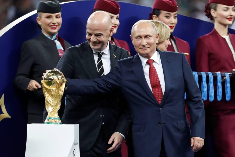 Presidente da FIFA Gianni Infantino e o Presidente da Rússia Vladimir Putin posam com a taça da Copa do Mundo 2018 durante cerimônia de premiação no Estádio Lujniki - 15/07/2018