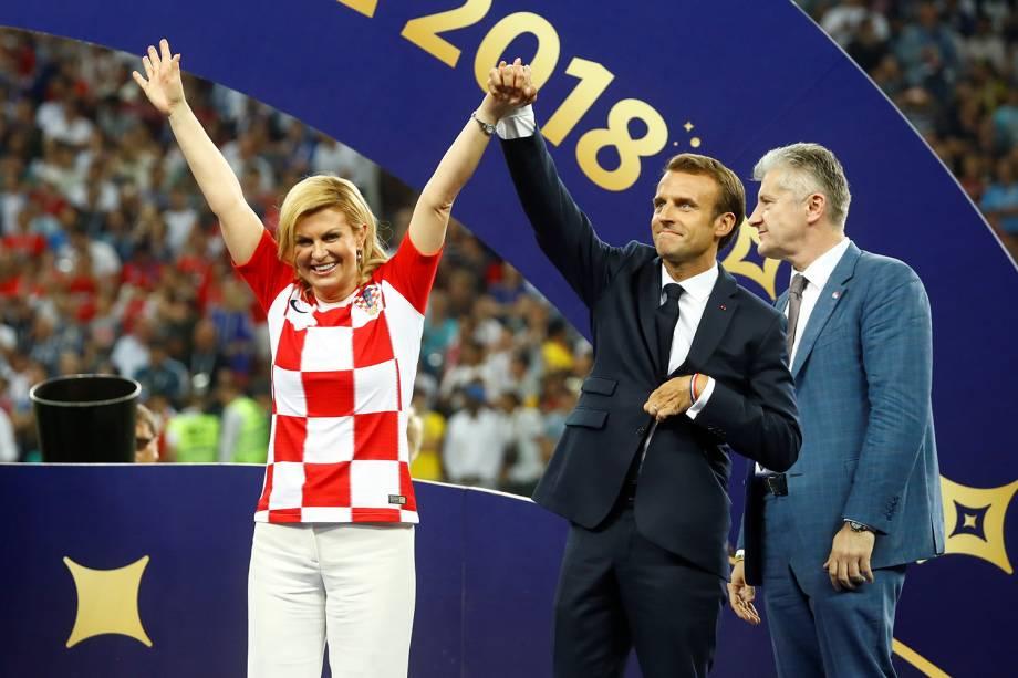 A presidente croata, Kolinda Grabar-Kitarovic, e o presidente francês, Emmanuel Macron, antes da entrega da taça - 15/07/2018
