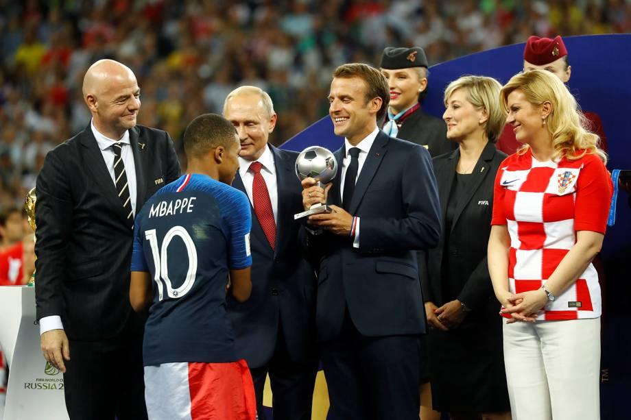 Kylian Mbappe recebe prêmio de jogador mais jovem da Copa do Mundo da Rússia - 15/07/2018