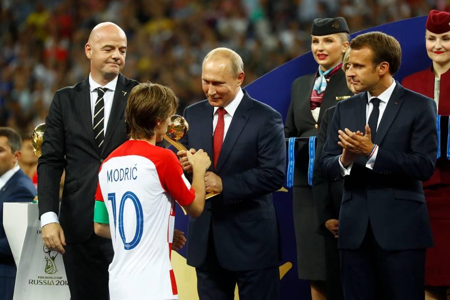 Luka Modric da Croácia recebe prêmio de Bola de Ouro do Presidente da Rússia Vladimir Putin enquanto o Presidente da FIFA Gianni Infantino e o Presidente Francês Emmanuel Macron observam - 15/07/2018