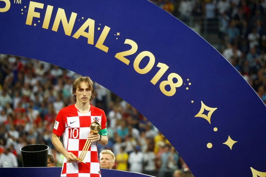 Luka Modric da Croácia posa com troféu de Bola de Ouro da FIFA no Estádio Lujniki - 15/07/2018