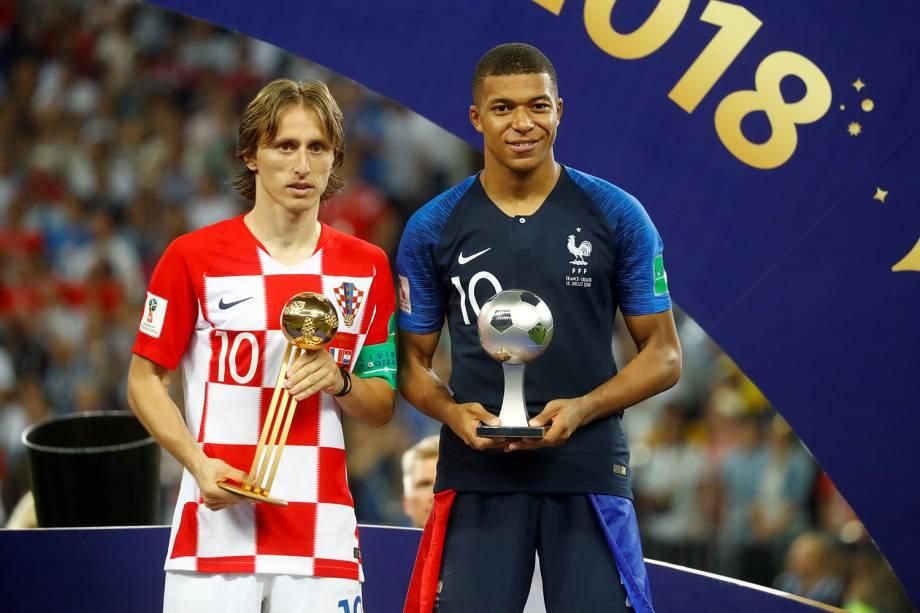 Luka Modric da Croácia posa para foto após ser premiado com o troféu da Bola de Ouro junto de Kylian Mbappe que recebeu o troféu de Jogador mais jovem da Copa do Mundo 2018 - 15/07/2018