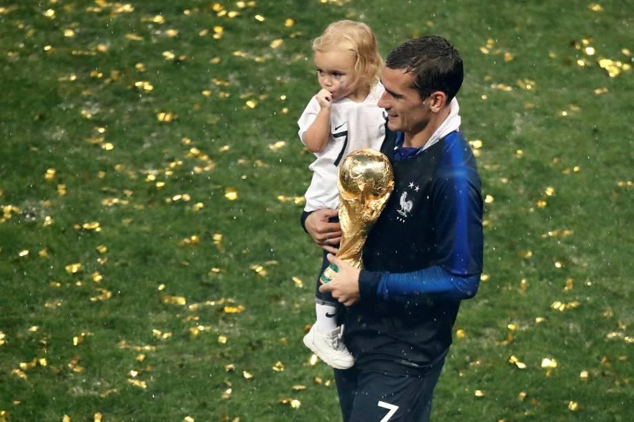 Antoine Griezmann segura sua filha Mia e a taça da Copa do Mundo durante comemoração da vitória francesa - 15/07/2018