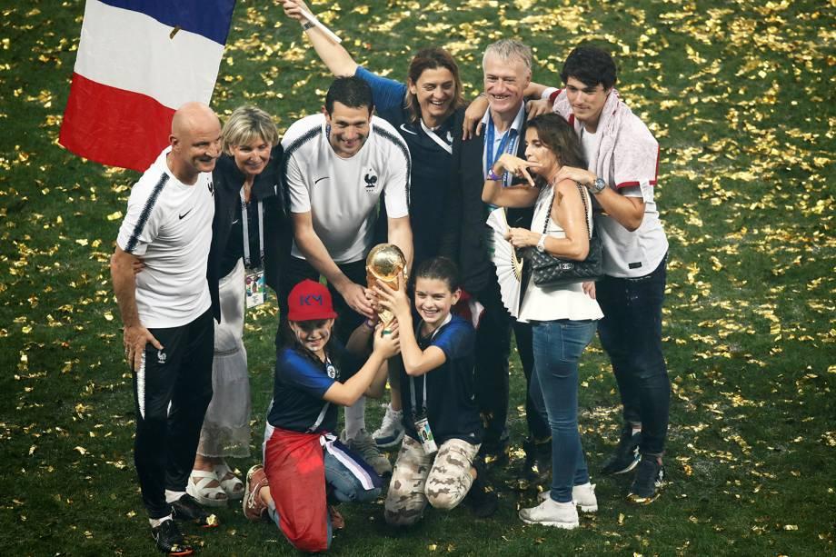 Técnico da França Didier Deschamps comemora a vitória da seleção na Final da Copa do Mundo 2018 com sua família - 15/07/2018
