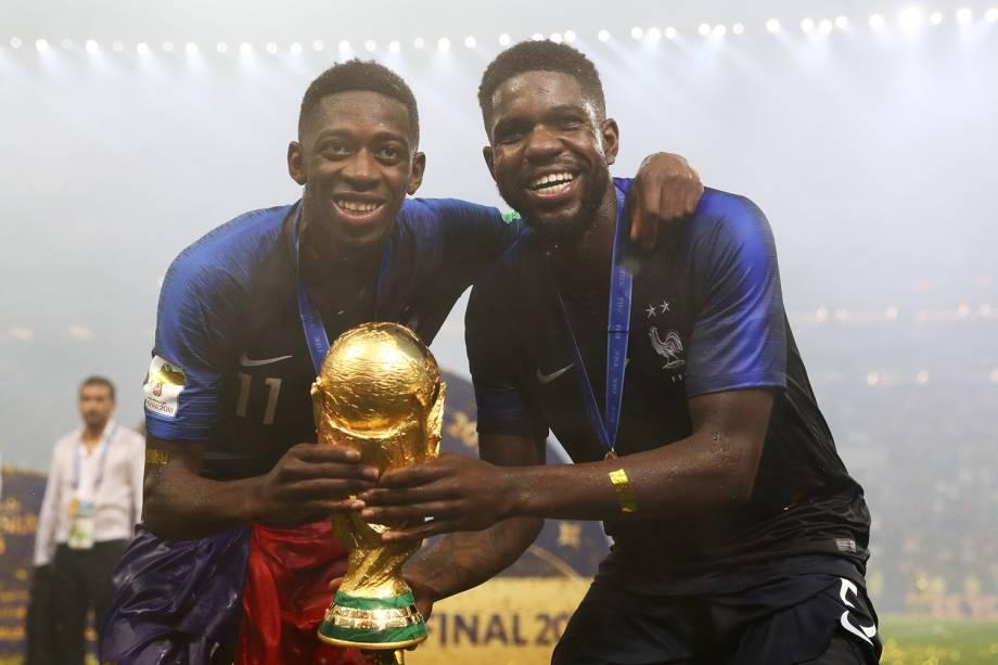 Samuel Umtiti e Ousmane Dembele comemoram com taça vitória na Copa do Mundo 2018 no Estádio Lujniki - 15/07/2018