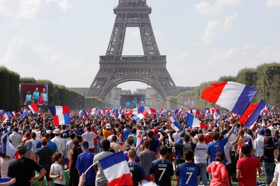 Torcedores franceses comemoram gol no Campo de Marte, em Paris, durante final contra a Croácia - 15/07/2018
