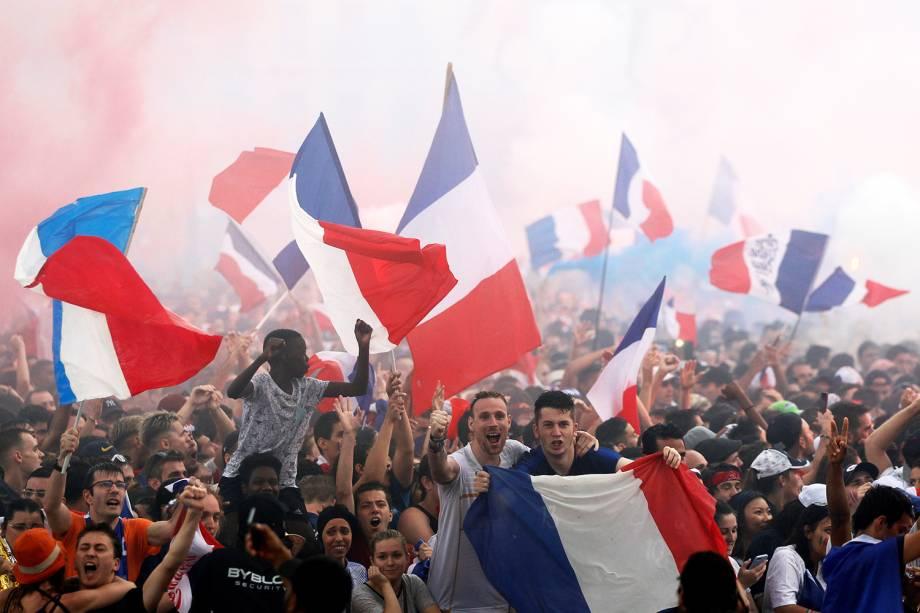 Torcedores franceses comemoram gol em Lyon, durante a final da Copa do Mundo - 15/07/2018