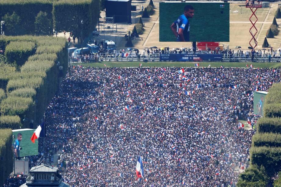 Torcedores franceses assistem a final da Copa do Mundo no Campo de Marte, em Paris - 15/07/2018