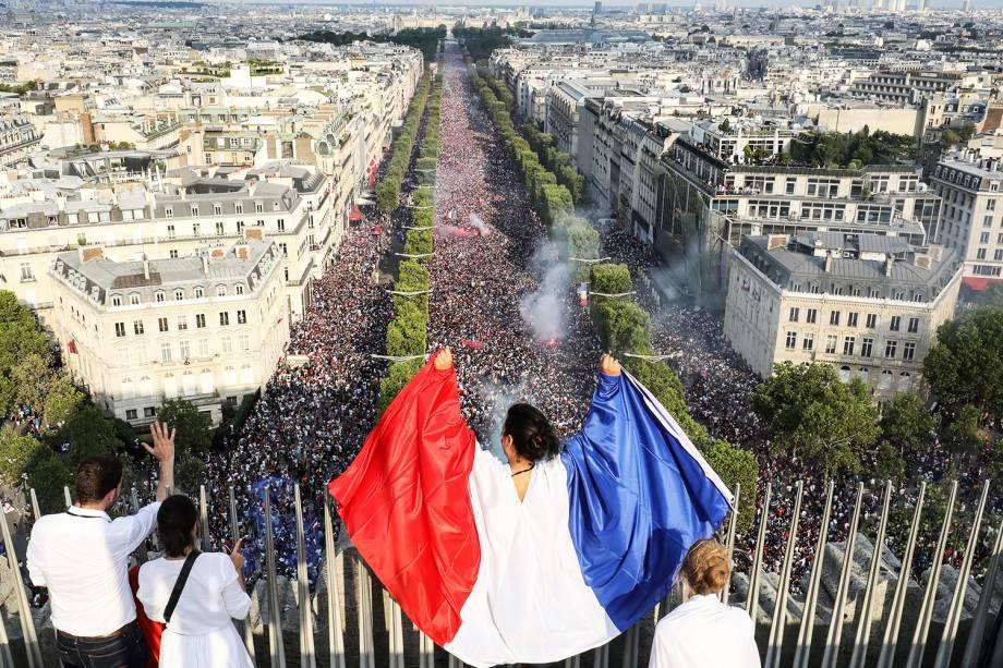 Avenida Champs-Élysées é tomada por torcedores franceses após a conquista do bicampeonato da Copa do Mundo - 15/07/2018