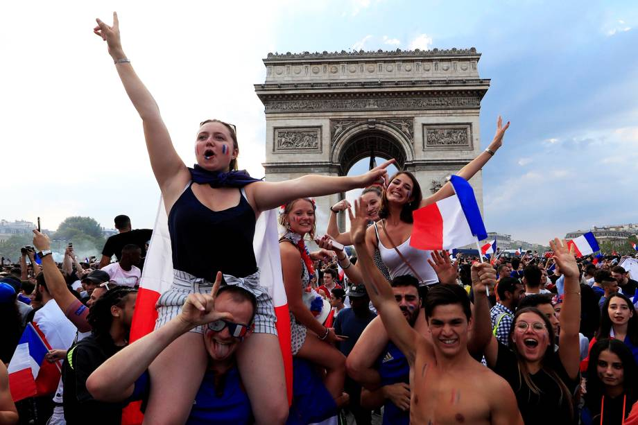 Torcida celebra o bicampeonato francês nos arredores do Arco do Triunfo, em Paris - 15/07/2018