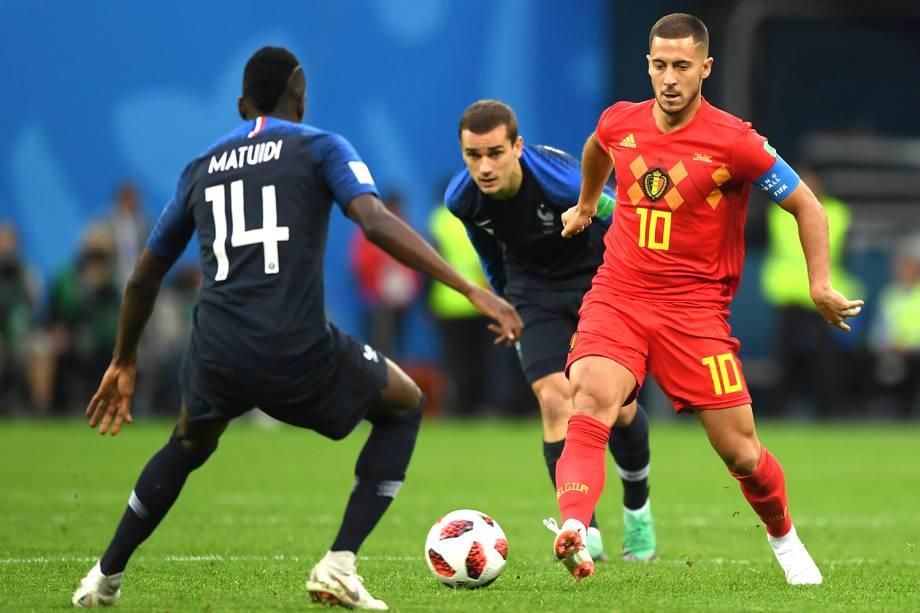 Eden Hazard da Bélgica disputa a bola com Blaise Matuidi da França no Estádio de São Petersburgo - 10/07/2018