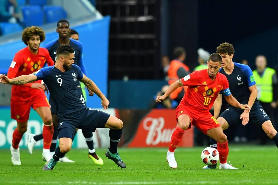Olivier Giroud da França durante jogada contra Eden Hazard da Bélgica - 10/07/2018