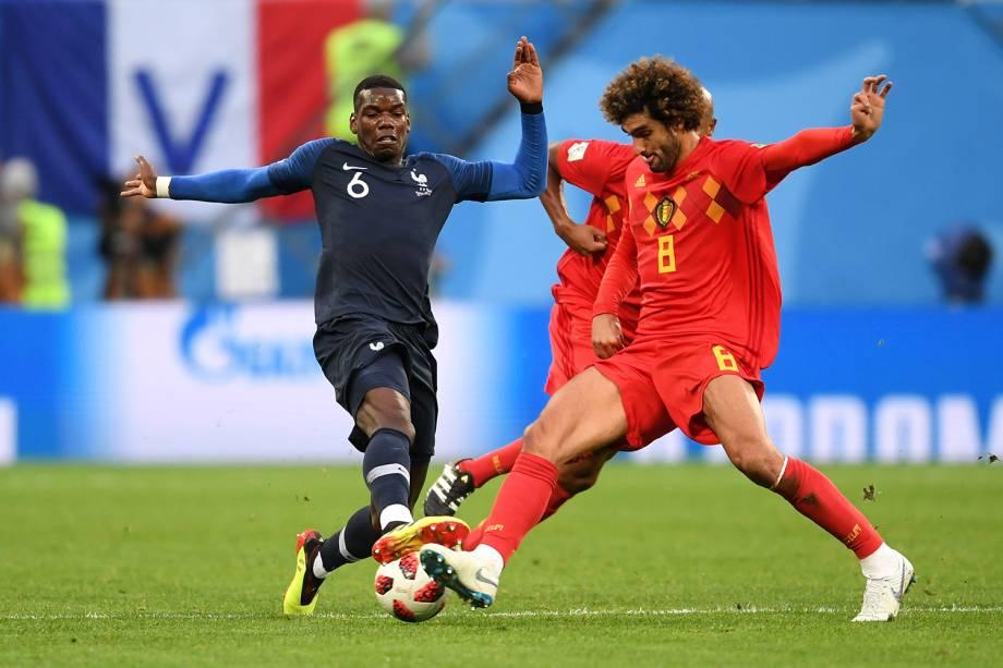 Marouane Fellaini da Bélgica durante investida em jogada contra o Paul Pogba da França - 10/07/2018
