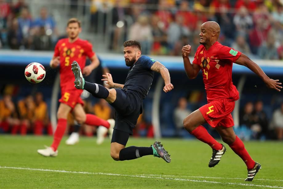 Olivier Giroud da França durante jogada contra Vincent Kompany da Bélgica - 10/07/2018