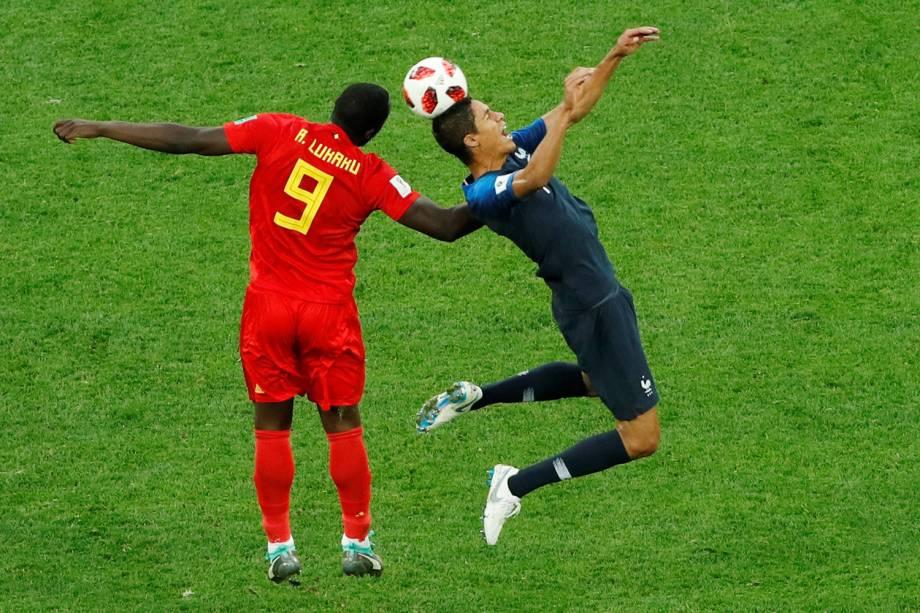 Romelu Lukaku da Bélgica durante disputa contra Raphael Varane da França - 10/07/2018