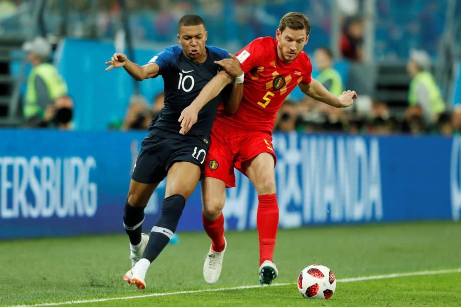 Kylian Mbappe da França durante disputa contra Jan Vertonghen da Bélgica - 10/07/2018