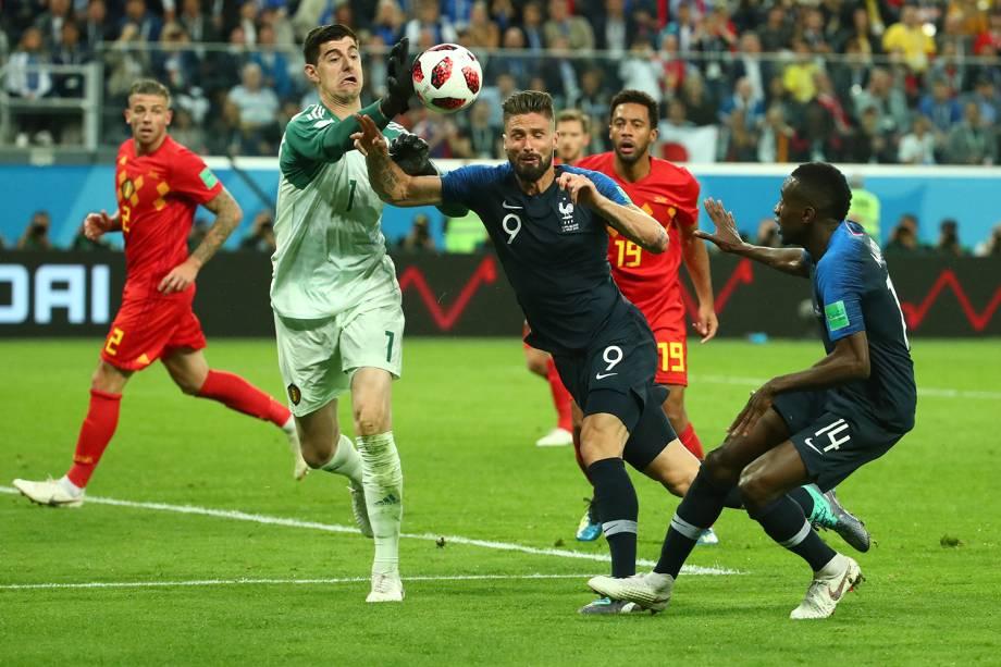 Thibaut Courtois da Bélgica defende jogada de Olivier Giroud e Blaise Matuidi da França - 10/07/2018