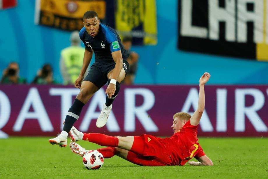 Kylian Mbappe da França durante disputa contra Kevin De Bruyne da Bélgica - 10/07/2018