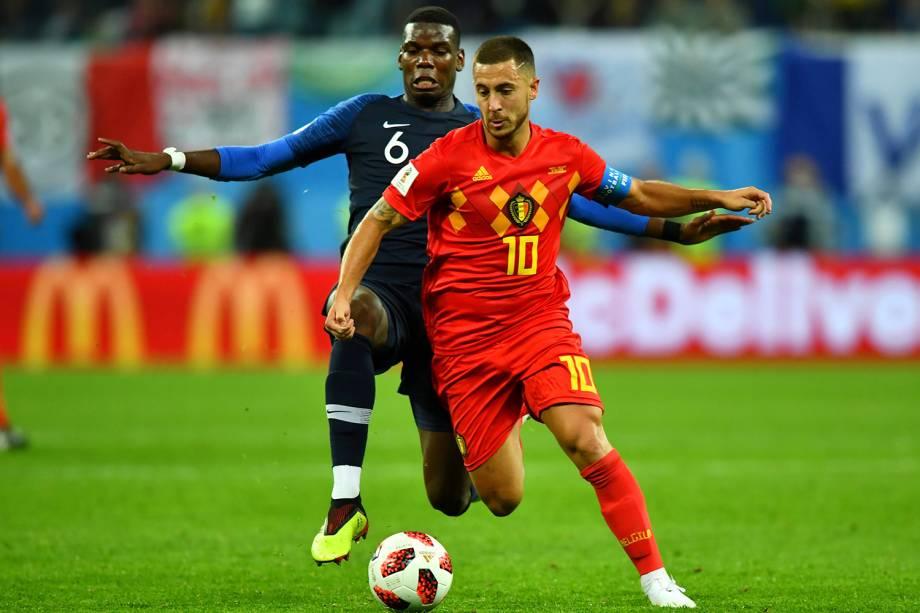 Eden Hazard da Bélgica disputa a bola com Paul Pogba da França no Estádio São Petersburgo - 10/07/2018