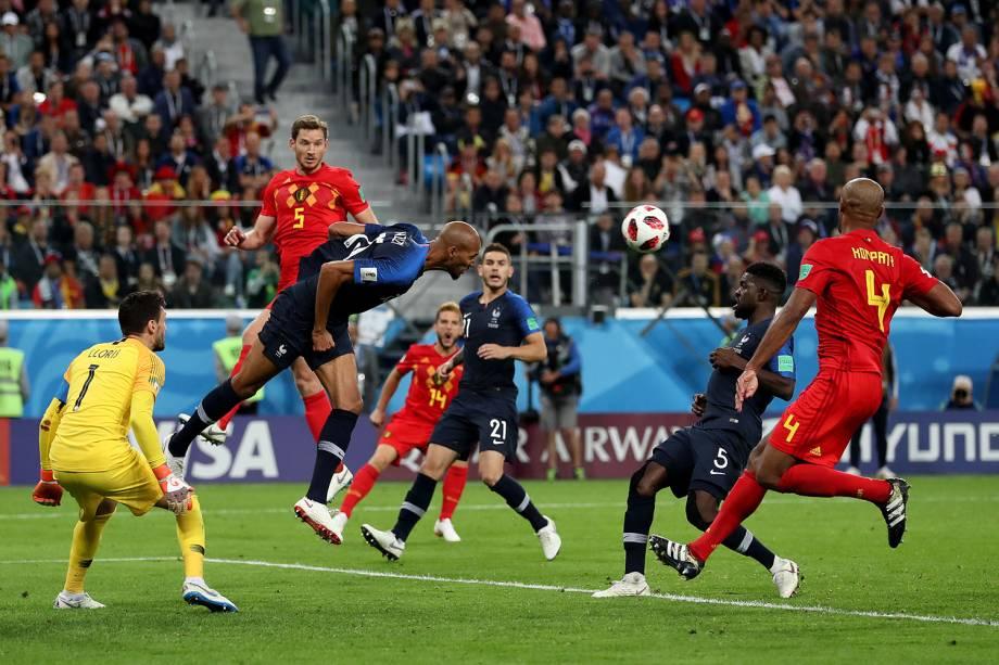 Steven Nzonzi da França afasta bola da área durante partida contra a Bélgica - 10/07/2018
