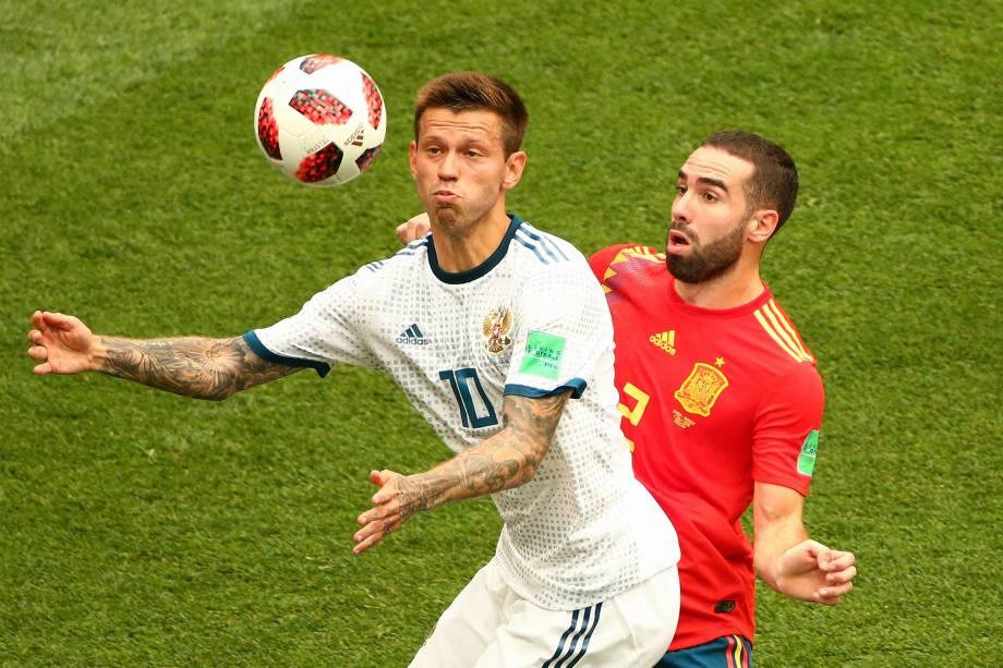 Fedor Smolov disputa bola com Dani Carvajal, durante partida entre Espanha e Rússia, válida pelas oitavas de final da Copa do Mundo - 01/07/2018