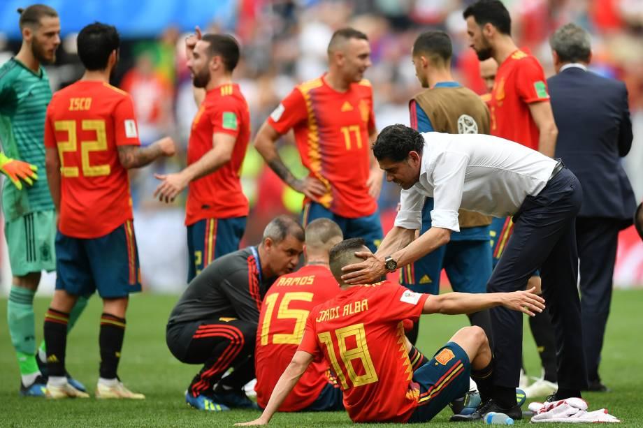 Jogadores da Espanha descansam antes do início da prorrogação, em partida contra a Rússia, válida pelas oitavas de final da Copa do Mundo - 01/07/2018