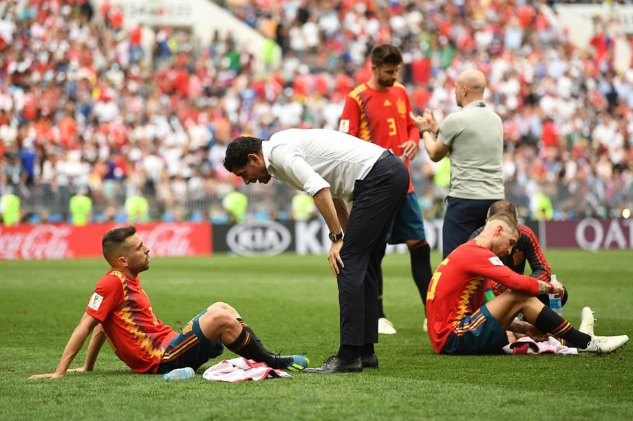 Fernando Hierro, técnico da Espanha, conversa com Jordi Alba antes do início da prorrogação - 01/07/2018