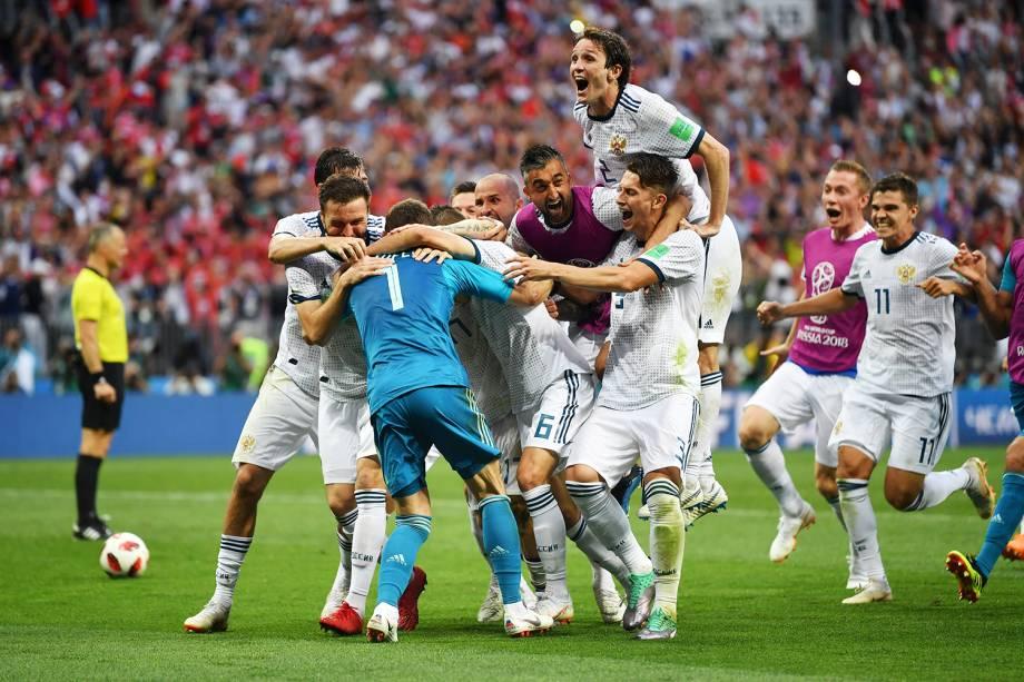 Jogadores russos comemoram após eliminarem espanhois na disputa de penalidades máximas e avançarem para as quartas de final da Copa do Mundo - 01/07/2018