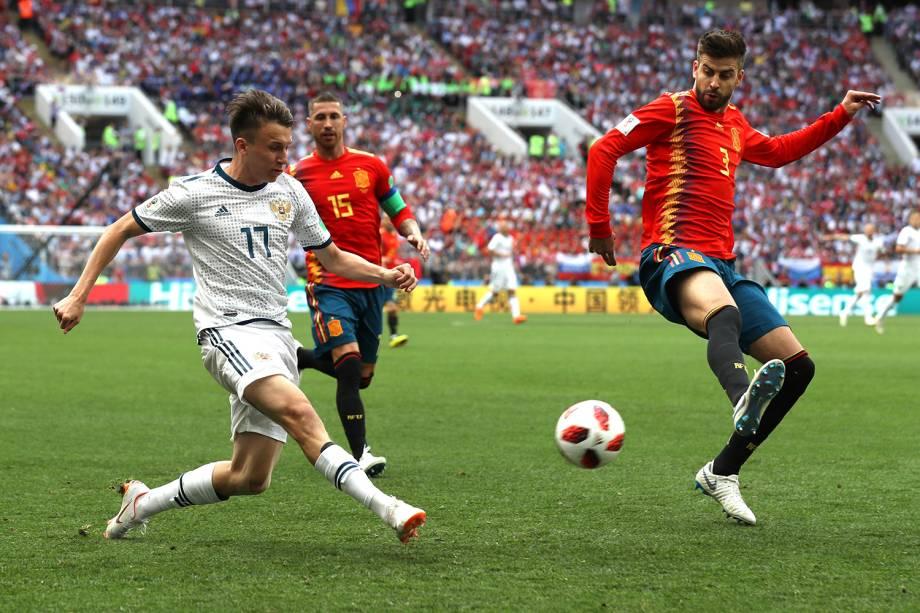 Aleksandr Golovin da Rússia disputa a posse de bol com Gerard Piqué durante partida contra a Espanha no Estádio Lujniki - 01/07/2018