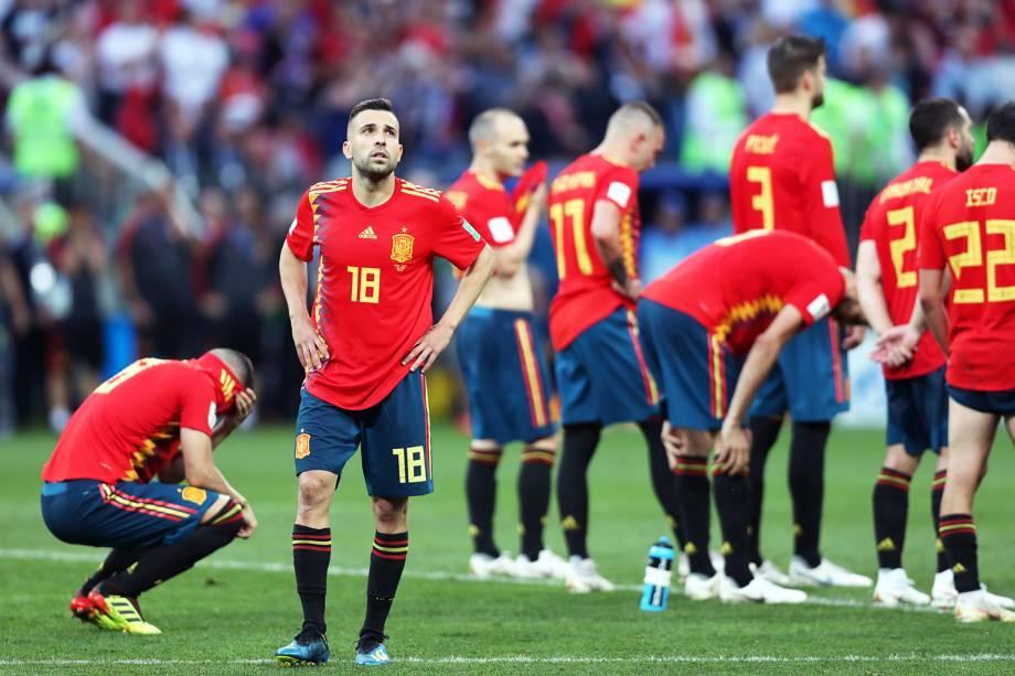 Jogadores da Espanha lamentam após serem eliminados pela seleção russa - 01/07/2018