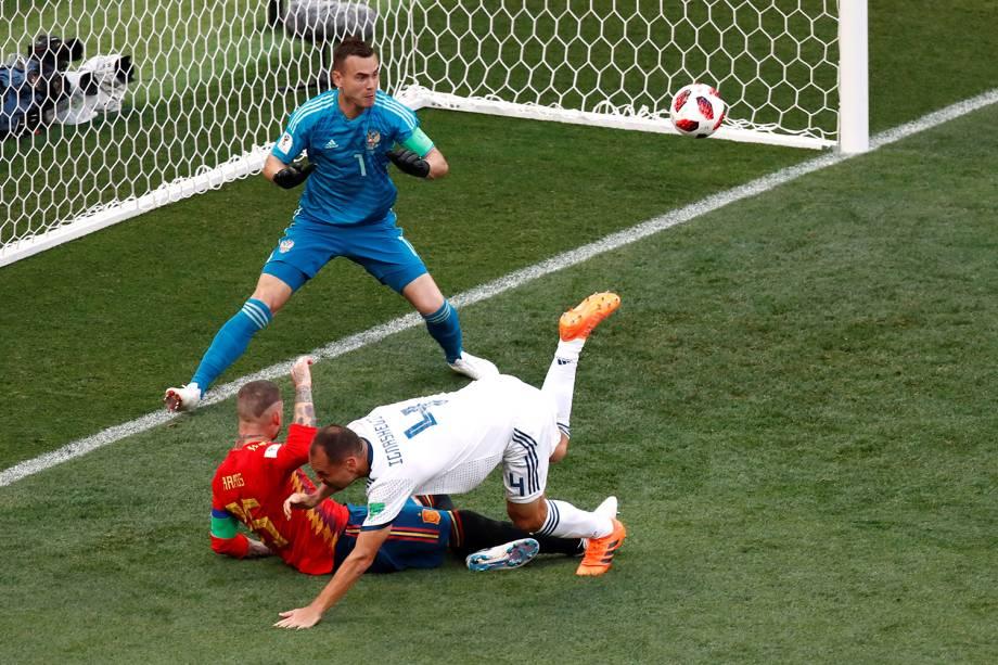 Sergei Ignashevich da Rússia marca primeiro gol da Espanha no Estádio Lujniki - 01/07/2018
