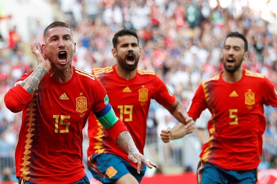 Sergio Ramos da Espanha comemora com companheiros de time o primeiro gol na partida contra a Rússia no Estádio Lujniki - 01/07/2018