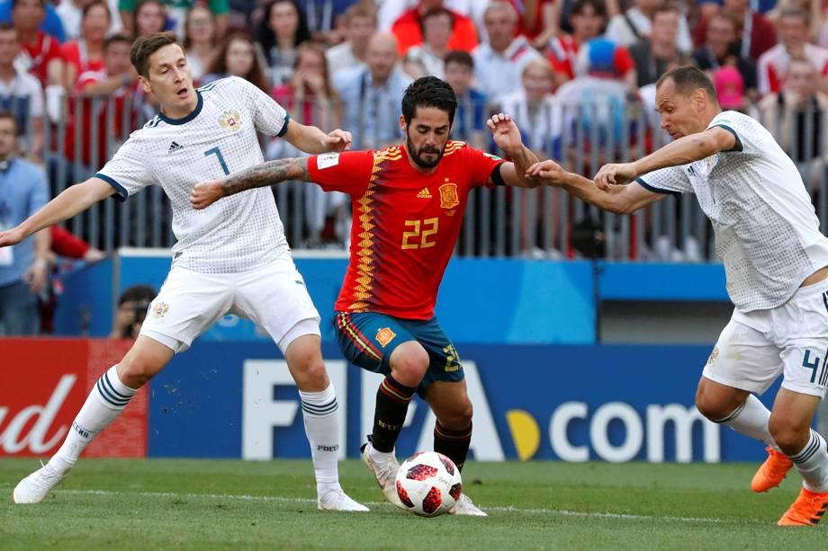 Isco da Espanha disputa a bola com Sergei Ignashevich e Daler Kuzyayev da Rússia no Estádio Lujniki - 01/07/2018