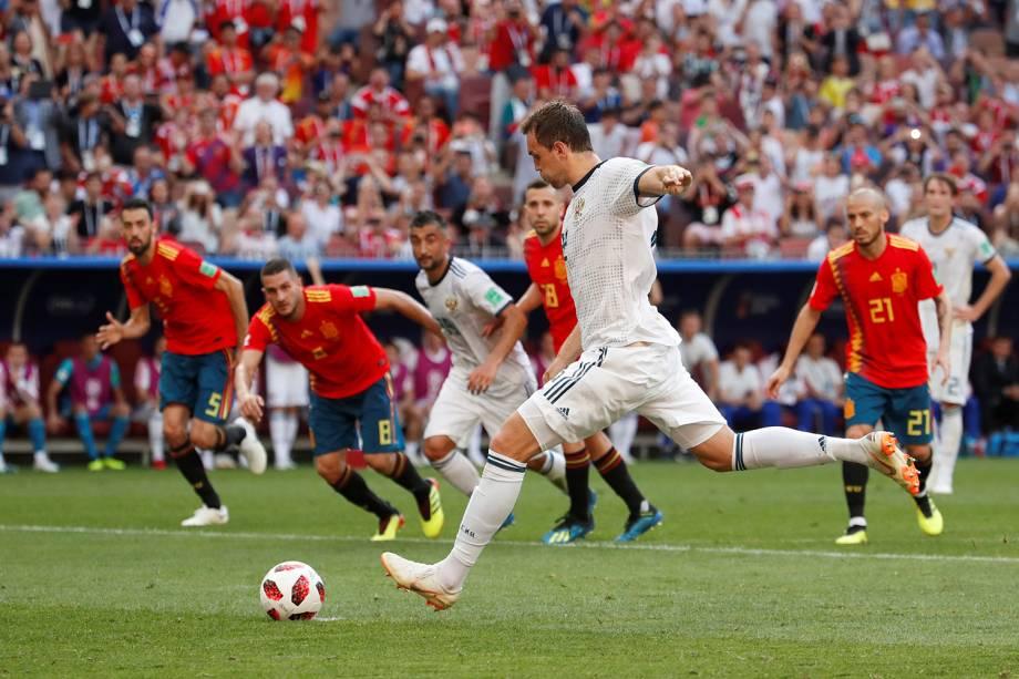 Artem Dzyuba da Rússia marca gol de pênalti em partida contra a Espanha no Estádio Lujniki - 01/07/2018