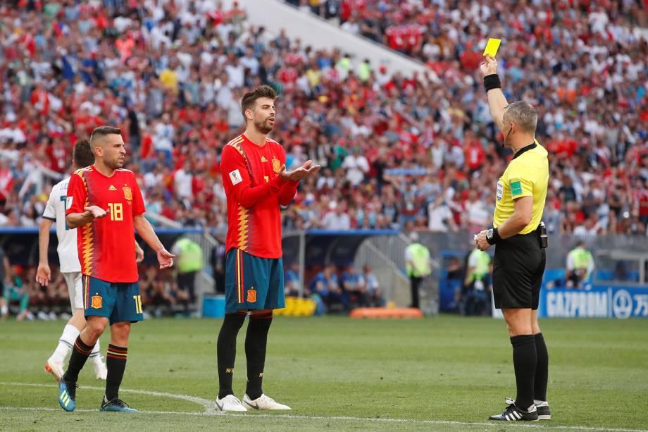Gerard Pique da Espanha recebe cartão amarelo em partida contra a Rússia no Estádio Lujniki - 01/07/2018