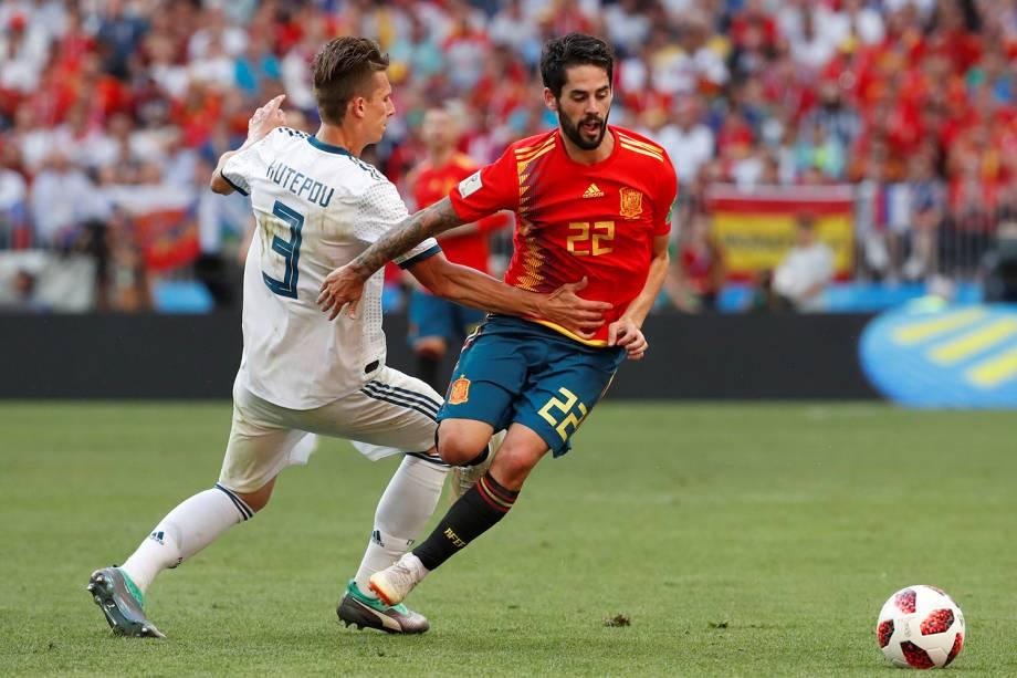 Isco da Espanha disputa a bola com Ilya Kutepov durante partida contra a Rússia no Estádio Lujniki - 01/07/2018
