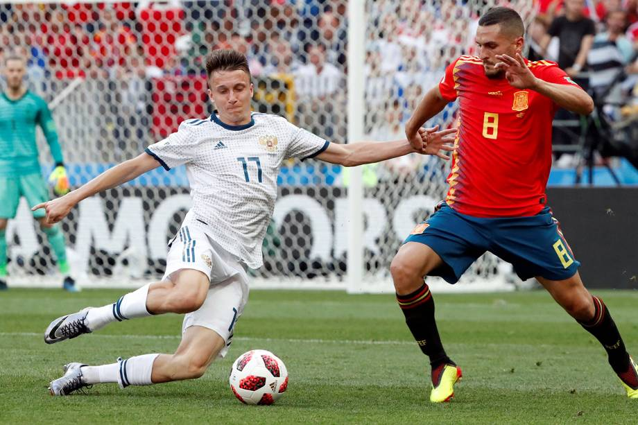 Aleksandr Golovin da Rússia durante jogada contra Koke da Espanha no Estádio Lujniki - 01/07/2018
