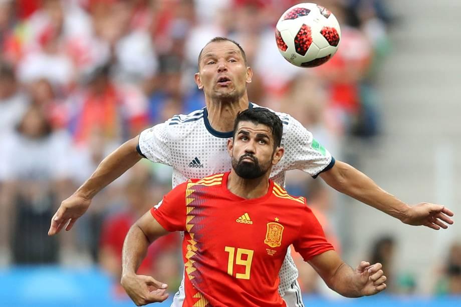 Diego Costa durante jogada contra Sergei Ignashevich da Rússia no Estádio Lujniki - 01/07/2018