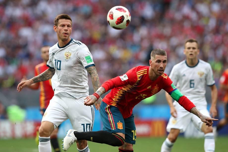 Sergio Ramos da Espanha durante jogada contra Fyodor Smolov em partida contra a Rússia no Estádio Lujniki - 01/07/2018