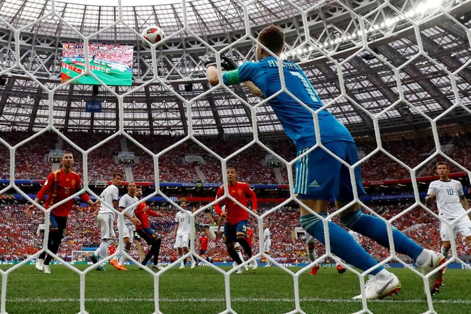 Igor Akinfeev da Rússia realiza defesa em partida contra a Espanha - 01/07/2018