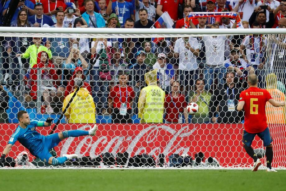 Andres Iniesta marca pênalti em partida contra a Rússia no Estádio Lujniki - 01/07/2018
