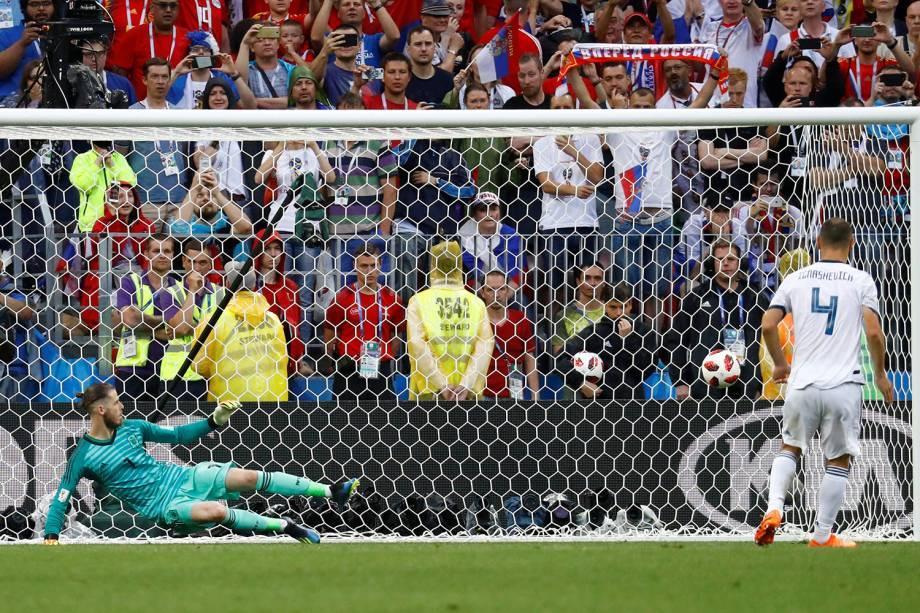Sergei Ignashevich da Rússia marca pênalti em partida contra a Espanha - 01/07/2018