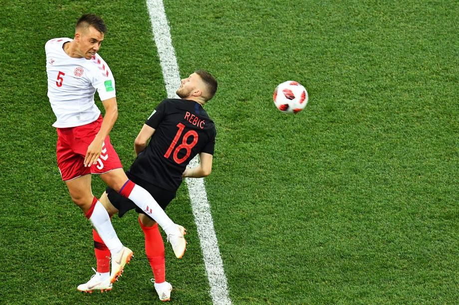 Jonas Knudsen (esq), disputa bola com Ante Rebic (dir),  durante partida entre Croácia e Dinamarca, válida pelas oitavas de final da Copa do Mundo - 01/07/2018