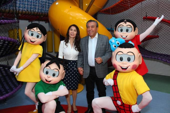 Mauricio de Sousa e Alice Takeda com os personagens da Turma da Mônica