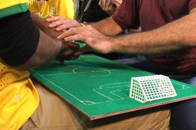 Pessoas com deficiência visual e auditiva acompanham o jogo do Brasil contra a Bélgica na Copa do Mundo de uma nova maneira: por meio de campos táticos