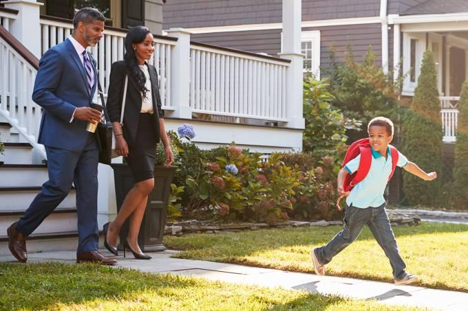 Pais levam filho para a escola